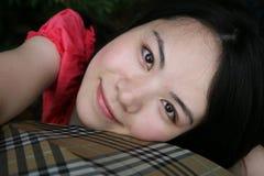 Nettes asiatisches Mädchen, das den Projektor betrachtet Stockfoto