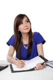 Nettes asiatisches Mädchen, das ihre Gitarre, auf weißem Hintergrund spielt Stockfoto