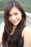Nettes asiatisches Mädchen, das Projektor betrachtet Lizenzfreie Stockbilder
