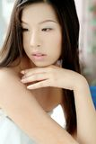 Nettes asiatisches Mädchen in einem Tuch Stockfotos