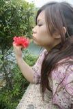 Nettes asiatisches Mädchen mit einer Blume Lizenzfreie Stockfotografie