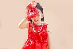 Nettes asiatisches Mädchen mit rotem Weinlesekostüm lizenzfreie stockbilder