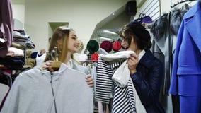 Nettes ausgesuchtes der jungen Frau zwei Kleidung und sehr glückliches stock footage