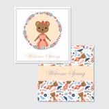 Nettes Bärnmädchen auf Blumen winden passendes für Frühlingskartendesign Lizenzfreies Stockbild