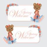 Nettes Bärnmädchen und die Blumengrenze, die für Zweigaufkleber passend ist, entwerfen Stockbild