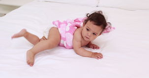 Nettes Baby auf Bett stock video footage
