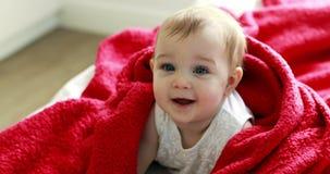 Nettes Baby auf Bett im Schlafzimmer stock video footage