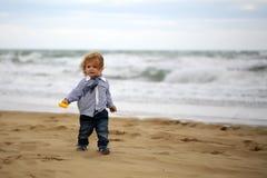 Nettes Baby auf Strand Stockbild