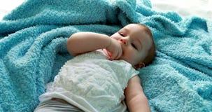 Nettes Baby, das auf Bett liegt stock video footage