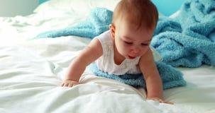Nettes Baby, das auf Bett spielt stock footage