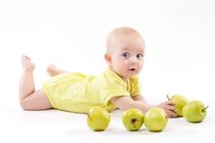 Nettes Baby, das auf dem Hintergrund und dem Lächeln liegt Lizenzfreies Stockfoto