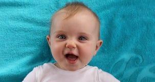 Nettes Baby, das auf Tuch liegt stock video