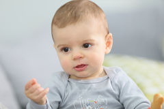 Nettes Baby, das den Keks isst Lizenzfreie Stockfotos