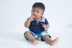 Nettes Baby, das Finger saugt stockfoto