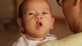 Nettes Baby, das gerülpst wird stock footage