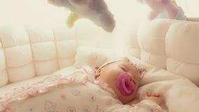 Nettes Baby, das in ihrem Feldbett schläft stock video footage