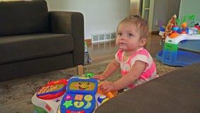 Nettes Baby, das im Familienhaus ausdrucksvoll ist stock video