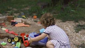 Nettes Baby, das mit Sand spielt stock footage