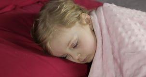 Nettes Baby, das zu Hause auf dem Bett schl?ft Wenig M?dchen, das im Morgenlicht schl?ft stock video footage