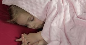 Nettes Baby, das zu Hause auf dem Bett schl?ft Wenig M?dchen, das im Morgenlicht schl?ft stock footage