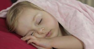 Nettes Baby, das zu Hause auf dem Bett schl?ft Wenig M?dchen, das im Morgenlicht schl?ft stock video