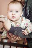 Nettes Baby in den Armen der Mutter Lizenzfreies Stockbild