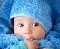 Nettes Baby in einem Tuch Lizenzfreie Stockfotografie