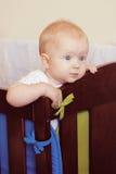 Nettes Baby in ihrer Krippe Stockfotos