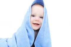 Nettes Baby im blauen Tuch nach Bad Lizenzfreie Stockfotos