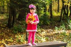 Nettes Baby im Herbstwald stockbilder