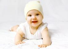 Nettes Baby im Hut auf dem Bett Lizenzfreies Stockbild