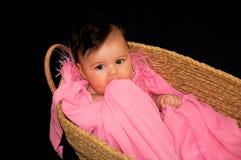 Nettes Baby im Moses-Korb Stockfotos