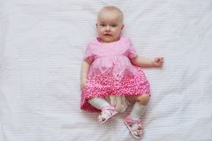 Nettes Baby im rosa Kleid liegt auf weißem backgroun Neugeborenes Kind Stockbild