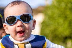 Nettes Baby mit Blau googelt Lizenzfreies Stockbild