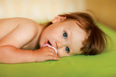 Nettes Baby mit einem soother in ihrem Mund Stockbilder