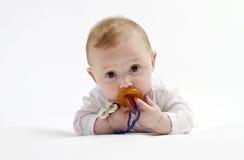 Nettes Baby mit Friedensstifter lizenzfreies stockfoto