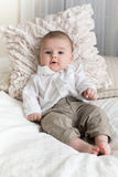 Nettes Baby mit großen blauen Augen Stockbilder