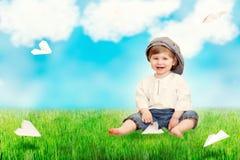 Nettes Baby mit großer karierter Kappe Stockfotos