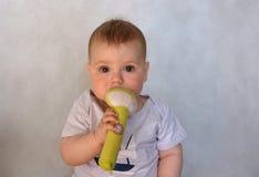 Nettes Baby mit Spielzeugsitzen Stockbilder