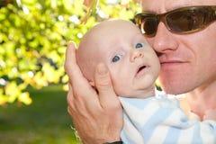 Nettes Baby mit Vati draußen lizenzfreies stockfoto