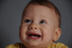 Nettes Baby mit 2 Zähnen Stockbild