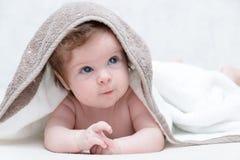 Nettes Baby nach Bad, elterliche Sorgfalt-Konzept Glückliches Baby, das Spaß hat Drei-Monate alte Baby, die oben schauen Stockfotografie