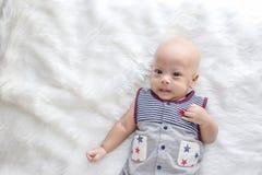 Nettes Baby schießt im Studio Modebild des Babys und der Familie stockbild