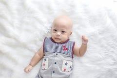 Nettes Baby schießt im Studio Modebild des Babys und der Familie lizenzfreies stockbild