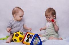 Nettes Baby und reizendes Baby, die zusammen spielt Lizenzfreies Stockbild