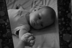 Nettes Baby und Spiegel b&w Stockbild