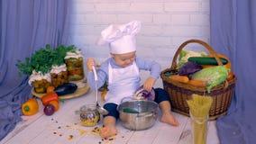 Nettes Babykind, das gesundes Lebensmittel vom Gemüse kocht stock video footage