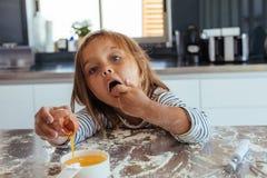 Nettes Backen des kleinen Mädchens in der Küche lizenzfreie stockfotos
