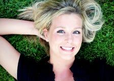 Nettes blondes auf dem Gras Stockfoto