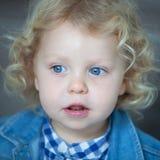 Nettes blondes Baby mit blauen Augen Stockfotos